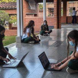 Los estudiantes participan en una clase en el Colegio Privado Los Pinares en Medellín, Colombia. - 23 escuelas de la ciudad de Medellín reabiertas luego de que se relajaron las restricciones por disminución de casos de COVID-19. | Foto:Joaquin Sarmiento / AFP