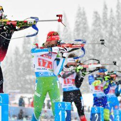 La noruega Sturla Holm Laegreid (izq.) Compite en el campo de tiro en el evento de relevos mixtos de 4x7,5 km en el Campeonato Mundial de Biatlón IBU en Pokljuka, Eslovenia.   Foto:Jure Makovec / AFP