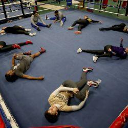 Las boxeadoras cierran los entrenamientos con un estiramiento en una instalación de entrenamiento temporal creada por USA Boxing dentro de un Macy's abandonado en Colorado Springs, Colorado. Los aspirantes a los Juegos Olímpicos de EE. UU. En el boxeo están entrenando en la antigua tienda por departamentos, ya que el Centro de Entrenamiento Olímpico y Paralímpico de EE. UU. no se ha abierto completamente a los atletas debido a la pandemia de Covid-19. | Foto:Matthew Stockman / Getty Images / AFP