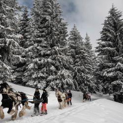 La gente practica ski-joering en la estación de Avoriaz en los Alpes franceses. | Foto:Jeff Pachoud / AFP