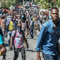 Los manifestantes marchan en Puerto Príncipe para protestar contra el gobierno del presidente Jovenel Moise. - La policía haitiana lanzó gases lacrimógenos contra cientos de manifestantes que marchaban contra el presidente Jovenel Moise y atacó a los periodistas que cubrían la manifestación, en los últimos enfrentamientos con motivo de la crisis política del país. | Foto:Valerie Baeriswyl / AFP