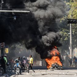 Los neumáticos se incendian durante una marcha en Puerto Príncipe para protestar contra el gobierno del presidente Jovenel Moise. - La policía haitiana lanzó gases lacrimógenos contra cientos de manifestantes que marchaban contra Moise y atacó a los periodistas que cubrían la manifestación, en los últimos enfrentamientos para marcar la crisis política del país.   Foto:Valerie Baeriswyl / AFP
