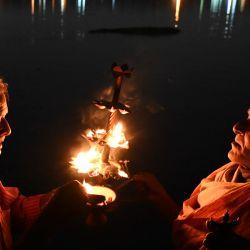 Los devotos realizan un rito religioso a orillas del río sagrado Ganges durante un programa organizado por el Ministerio de Turismo de la Unión para difundir la conciencia sobre la conservación del río, en Belur, a unos 15 km de Calcuta. | Foto:Dibyangshu Sarkar / AFP
