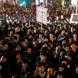 Los judíos ultraortodoxos protestan contra las restricciones impuestas por el gobierno israelí para frenar los casos de Covid-19, en el barrio religioso de Mea Shearim en Jerusalén. | Foto:Ahmad Gharabli / AFP