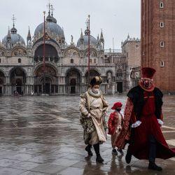 Artesanos venecianos con una máscara y un disfraz de carnaval se muestran en la foto antes de participar en una demostración de la Confederación de Artesanos de Venecia (Confartigianato Venezia) en la plaza de San Marcos en Venecia, ya que el carnaval se cancela debido al Covid. -19 pandemia.   Foto:Marco Bertorello / AFP