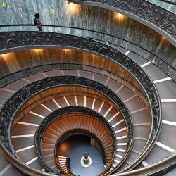 Un hombre camina por la Escalera Bramante mientras visita el museo del Vaticano el día de su reapertura, en la Ciudad del Vaticano. | Foto:Andreas Solaro / AFP