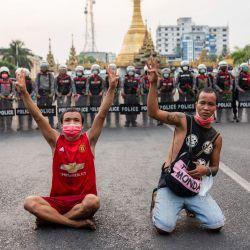 Myanmar, Yangon: manifestantes saludan con tres dedos frente a agentes de policía en la Pagoda Sule, durante una manifestación contra el golpe militar en Myanmar. El ejército de Myanmar tomó el poder el 1 de febrero de 2021 y detuvo a funcionarios del gobierno, incluido el líder de facto Aung San Suu Kyi. | Foto:Aung Kyaw Htet / SOPA Imágenes a través de ZUMA Wire / DPA