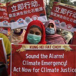 La organización de agricultores del Comité Kissan Rabita (PKRC) sostiene pancartas durante una protesta para exigir acciones por la justicia climática en Lahore.   Foto:Arif Ali / AFP