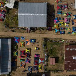 Vista aérea de un campamento de migrantes en la aldea de Bajo Chiquito, provincia de Darién, Panamá. - Migrantes de Haití y varios países africanos permanecen varados en la frontera Panamá-Colombia, mientras que el país centroamericano espera una nueva ola de migrantes rumbo a los EE. UU. | Foto:Luis Acosta / AFP