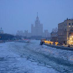 Esta fotografía muestra un rascacielos de la era de Stalin en el terraplén de Kotelnicheskaya en la orilla norte del río helado Moskva en Moscú, cuando la temperatura del aire en la capital rusa descendió a menos 18 grados Celsius.   Foto:Dimitar Dilkoff / AFP