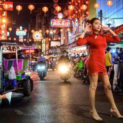 Una mujer posa para una foto en una calle decorada para el próximo Año Nuevo Lunar en el barrio chino de Bangkok.   Foto:Mladen Antonov / AFP