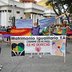 Integrantes de la comunidad LGBT venezolana participan en una manifestación exigiendo matrimonio igualitario, frente al edificio de la Asamblea Nacional en Caracas. | Foto:Federico Parra / AFP