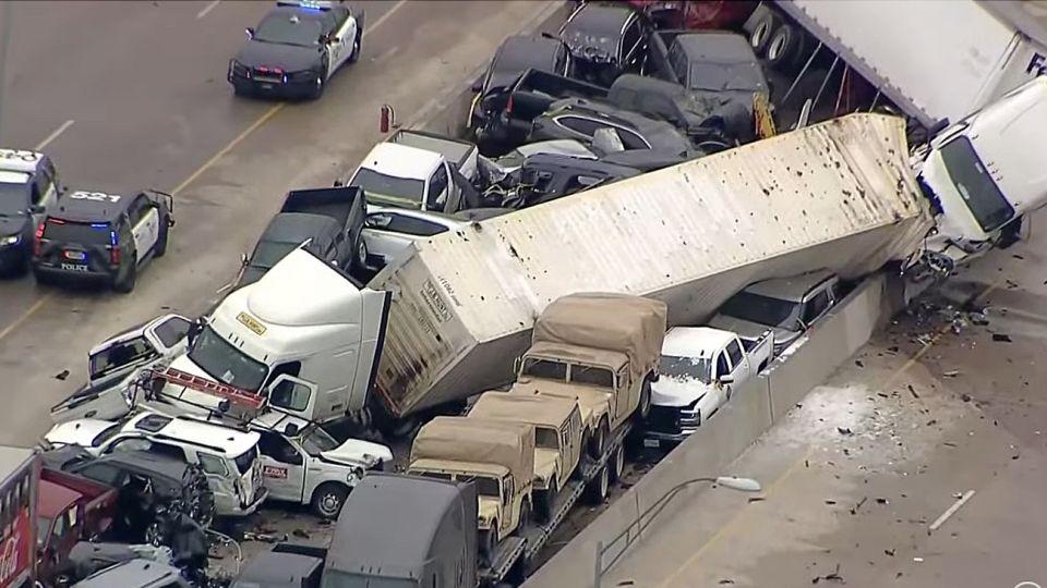 Una postal del desastre en una autopista de Texas: al menos 8 muertos.
