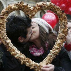 Todos los 14 de febrero millones de personas en el mundo celebran el Día de los Enamorados que evoca a san Valentín.