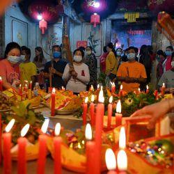 Los devotos rezan en un templo para marcar el inicio del Año Nuevo Lunar en Ta Khmao, provincia de Kandal. | Foto:Tang Chhin Sothy / AFP