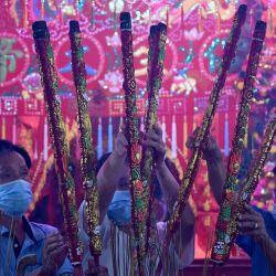 Los devotos ofrecen varitas de incienso en un templo para marcar el inicio del Año Nuevo Lunar en Ta Khmao, provincia de Kandal.   Foto:Tang Chhin Sothy / AFP