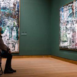 Una mujer se sienta en una silla plegable, proporcionada por el muesum en ausencia de bancos para sentarse, mientras visita la exhibición de Jean-Paul Riopelle, que se extendió debido a los diversos cierres en Montreal en medio de la pandemia de coronavirus, en el Museo de Montreal. de Bellas Artes en Montreal, Canadá. | Foto:Andrej Ivanov / AFP