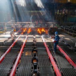 Los trabajadores fabrican barras de hierro en una fábrica de acero en Lianyungang, en la provincia oriental de Jiangsu.   Foto:AFP
