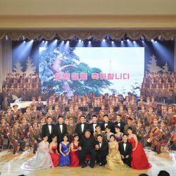 Esta imagen tomada y publicada por la Agencia Central de Noticias de Corea oficial de Corea del Norte muestra al líder norcoreano Kim Jong Un posando con la actuación de artistas celebrando el Año Nuevo Lunar en Corea del Norte. | Foto:KCNA VIA KNS / AFP