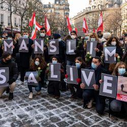 La gente se reúne para conmemorar al destacado activista e intelectual libanés Lokman Slim en la Place de la Sorbonne en la capital francesa, París. - Slim, encontrado muerto a tiros a los 58 años, era un crítico abierto del movimiento chiíta Hezbollah y un defensor por preservar la memoria de la guerra civil de su país. | Foto:Ammar Abd Rabbo / BALKIS PRESS / AFP