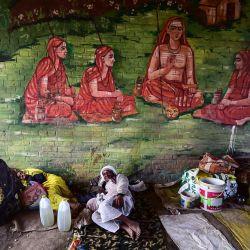 Los devotos hindúes descansan después de llegar al área de Sangam, la confluencia de los ríos Ganges, Yamuna y el mítico Saraswati, en la víspera del auspicioso día de baño de 'Mauni Amavasya' durante el festival anual Magh Mela en Allahabad. | Foto:Sanjay Kanojia / AFP