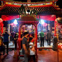 Los devotos rezan en el templo de Boen San Bio en la víspera del Año Nuevo Lunar en Tangerang.   Foto:Adek Berry / AFP
