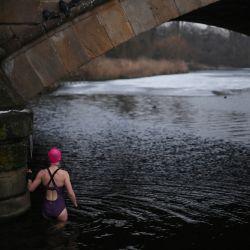 Un nadador desafía la temperatura helada para darse un chapuzón en el lago Serpentine en Hyde Park en Londres.   Foto:Daniel Leal-Olivas / AFP