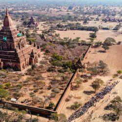 Esta vista aérea muestra a los manifestantes participando en una manifestación contra el golpe militar de Myanmar en Bagan, un sitio del Patrimonio Mundial de la UNESCO. | Foto:STR / AFP