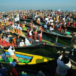 Manifestantes vestidos con el traje tradicional de Shan sostienen carteles mientras participan en una manifestación contra el golpe militar de Myanmar en el lago Inle, estado de Shan.   Foto:Calito / AFP