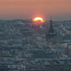 El sol sale sobre los tejados nevados del centro de Praga, cuando las temperaturas cayeron a menos 17 grados centígrados en la capital checa. | Foto:Michal Cizek / AFP