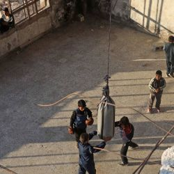 Jóvenes sirios participan en un entrenamiento de boxeo realizado por el boxeador local Ahmad Dwara dentro de un edificio dañado en la ciudad de Atareb, en el campo occidental controlado por los rebeldes de la provincia de Alepo en Siria.   Foto:Aaref Watad / AFP