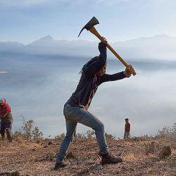 Brigadistas y vecinos voluntarios trabajan para combatir el fuego  | Foto:GENTILEZA MATEO SILVA REY