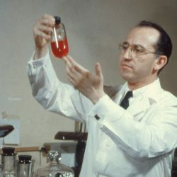Jonas Salk en su laboratorio.