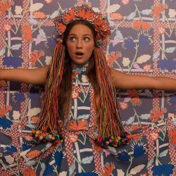 Cuerpo y alma de muchos clips de Sia, la joven Maddie Ziegler se luce como Music.