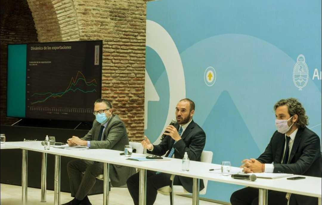 El ministro de Economía Martín Guzmán junto a Santiago Cafiero y Matías Kulfas.