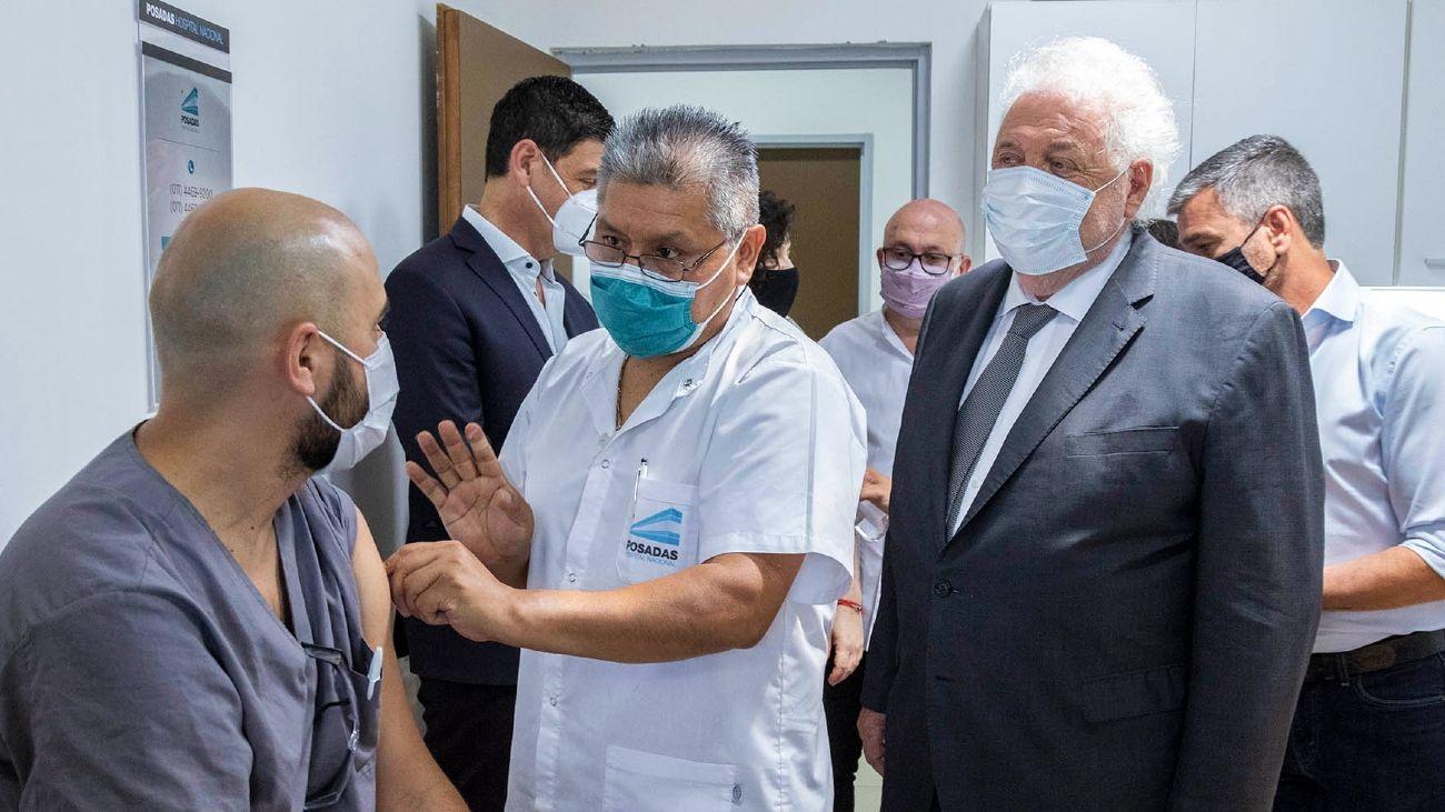 Ginés González García, junto al personal de Salud.