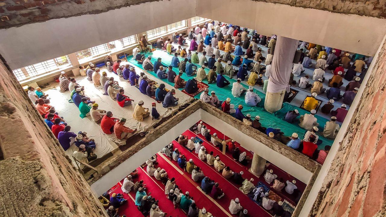 Bangladesh, Barishal: la gente se reúne en grandes cantidades en una mezquita para realizar la oración musulmana del viernes a pesar de la crítica situación del coronavirus.   Foto:Mustasinur Rahman Alvi / ZUMA Wire / DPA