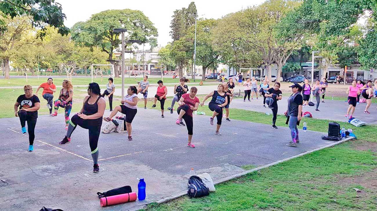 """Polémica. La apropiación del espacio público por grupos de gym y clases de zumba convirtieron a las plazas y parques de la ciudad en gimnasios a cielo abierto. Por qué la improvisación de los """"profes"""" puede jugar en contra de la salud de los alumnos."""