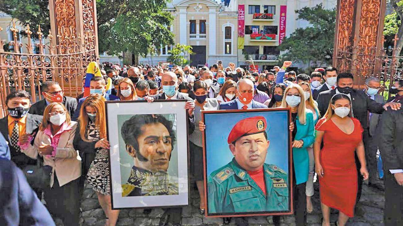 """Culto. Reverenciar a Bolívar estaba muy extendido en Venezuela, pero ahora es la palanca de legitimación del proyecto chavista. Por eso es necesario """"bolivarinizar"""" todo."""