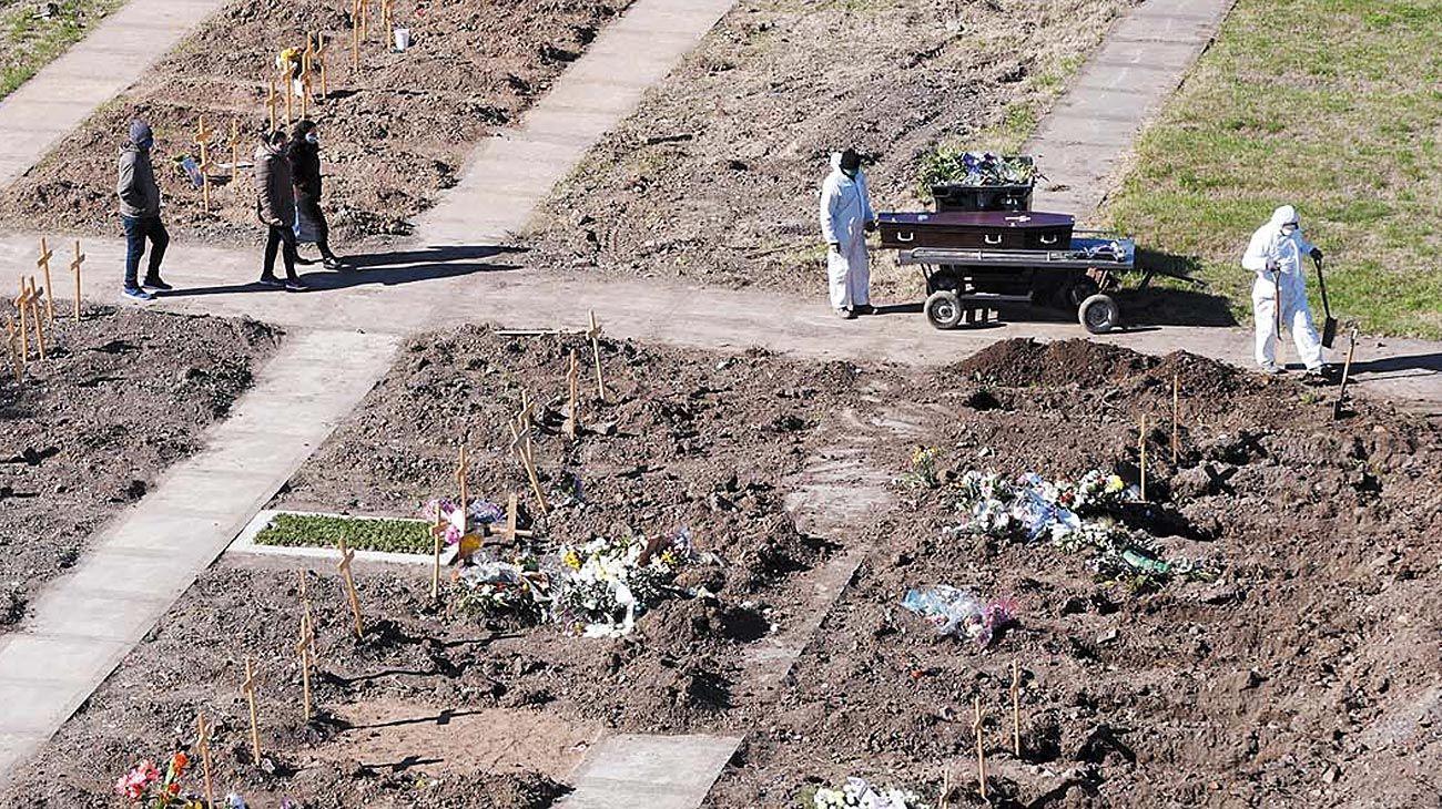 Tragedia. Los cementerios porteños debieron agregar espacios especiales para las víctimas.