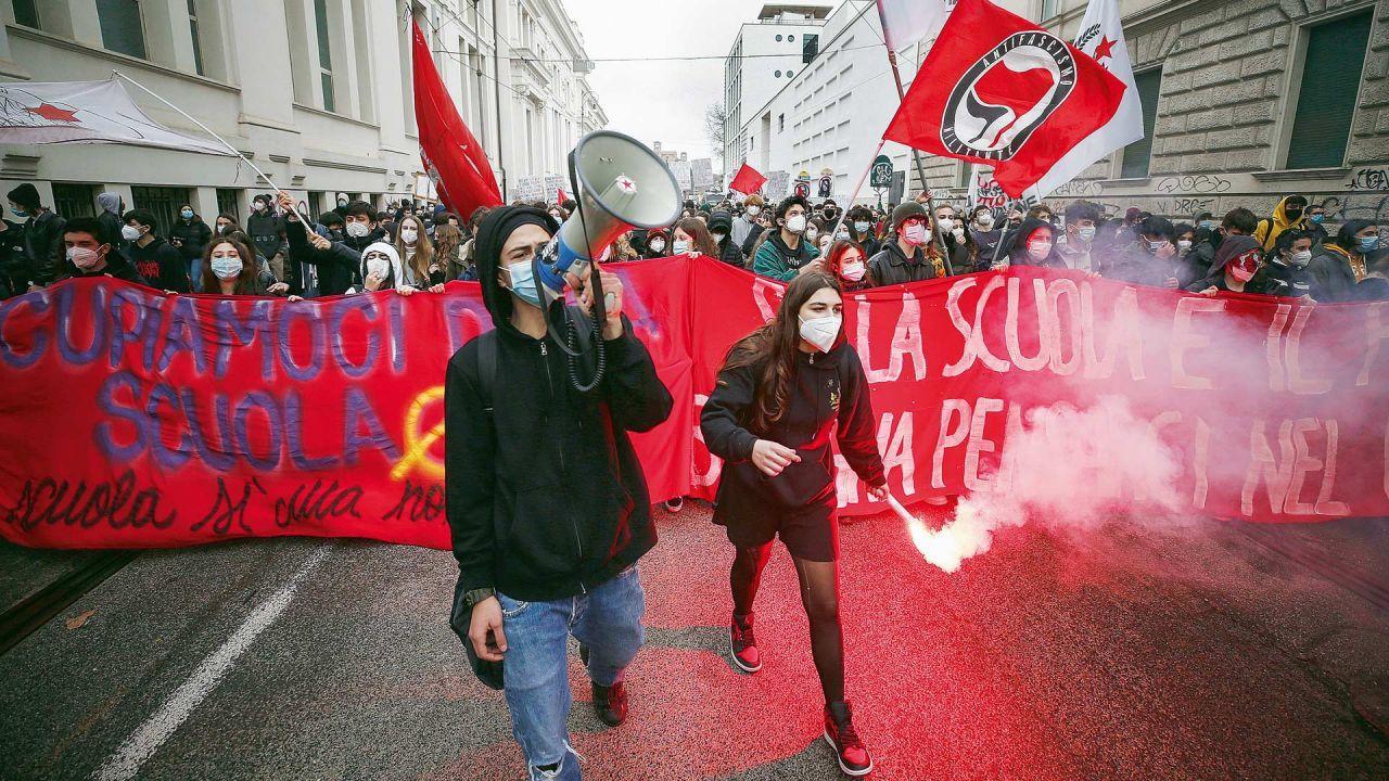 Marchas de los estudiantes italianos por el cierre de escuelas