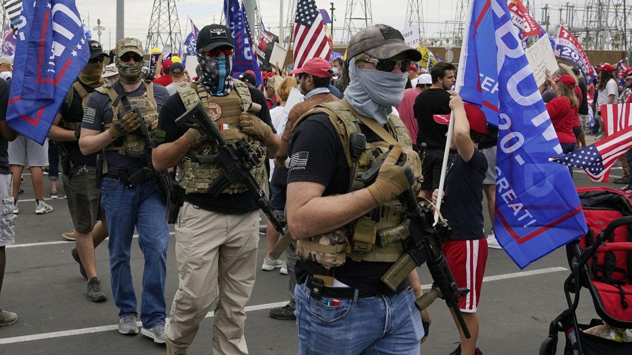 Marcha en apoyo a Trump. Los manifestantes, con chalecos antibalas y fusiles. Peligrosa postal de la campaña   Foto:cedoc