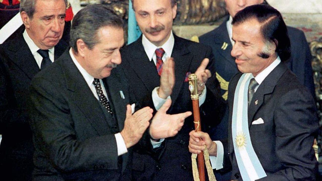 1989: el histórico traspaso de mando de Raúl Alfonsín a Carlos Menem.