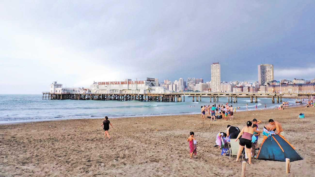 Mal tiempo. A pesar del clima, la gente eligió la costa para disfrutar del feriado extra large.