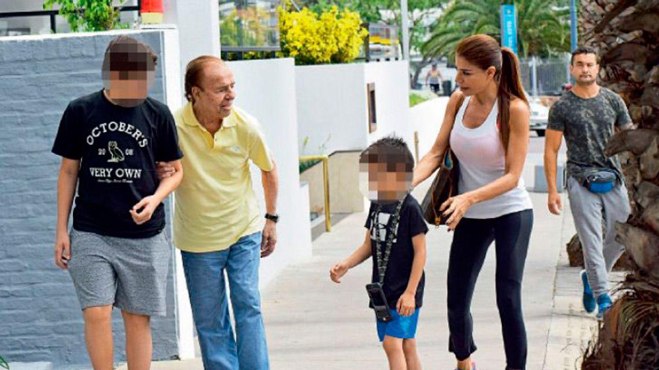 Carlos Menem junto a sus nietos y a Zulemita | Foto:Marcelo Escayola