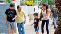 Carlos Menem con sus nietos y Zulemita en Punta del Este