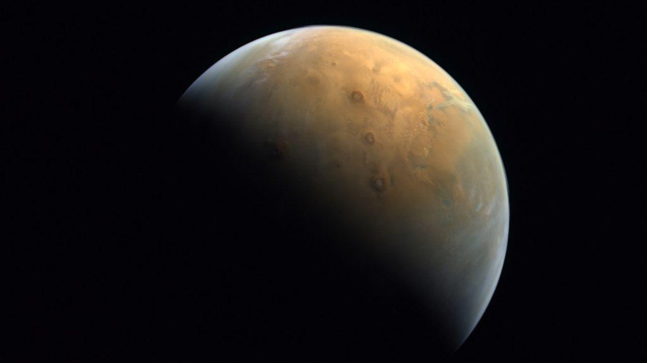 """Primeras imágenes emitidas por la sonda """"Esperanza"""" de Emiratos Árabes Unidos."""