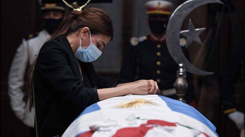 Zulemita Menem le da el último adió a su padre.