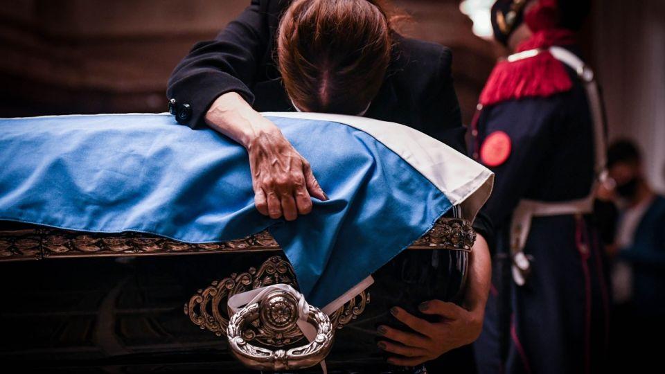 Dolor de la familia en el velatorio de Carlos Menem.