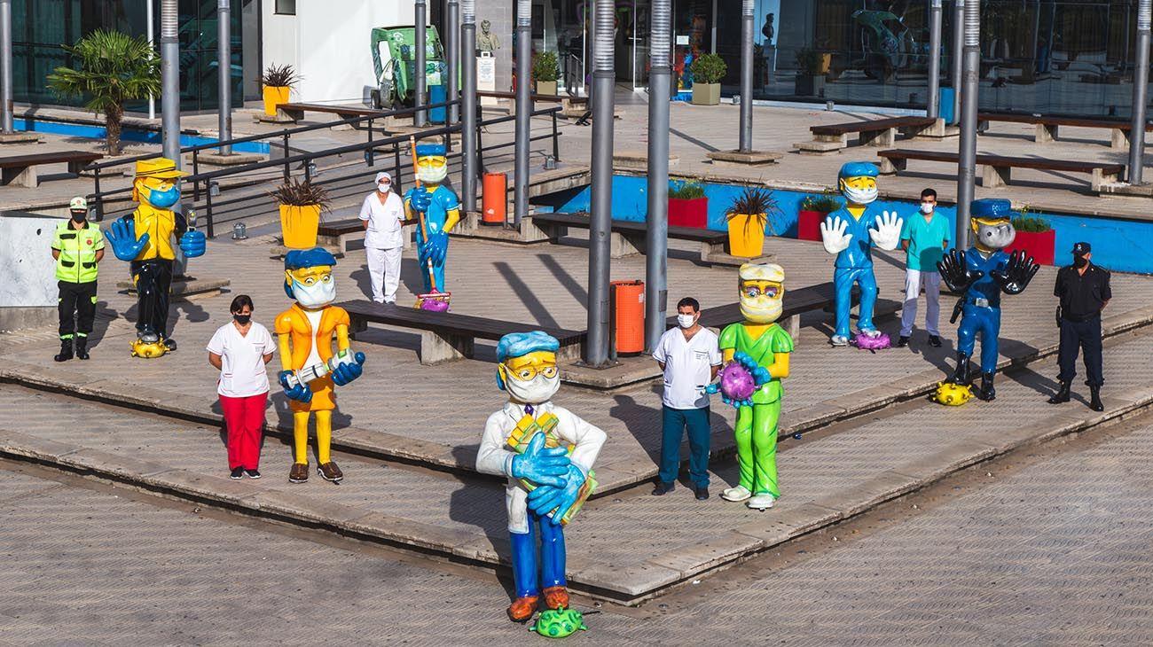 Los muñecos de cartapesta que rindieron homenaje a trabajadores y trabajadoras esenciales.
